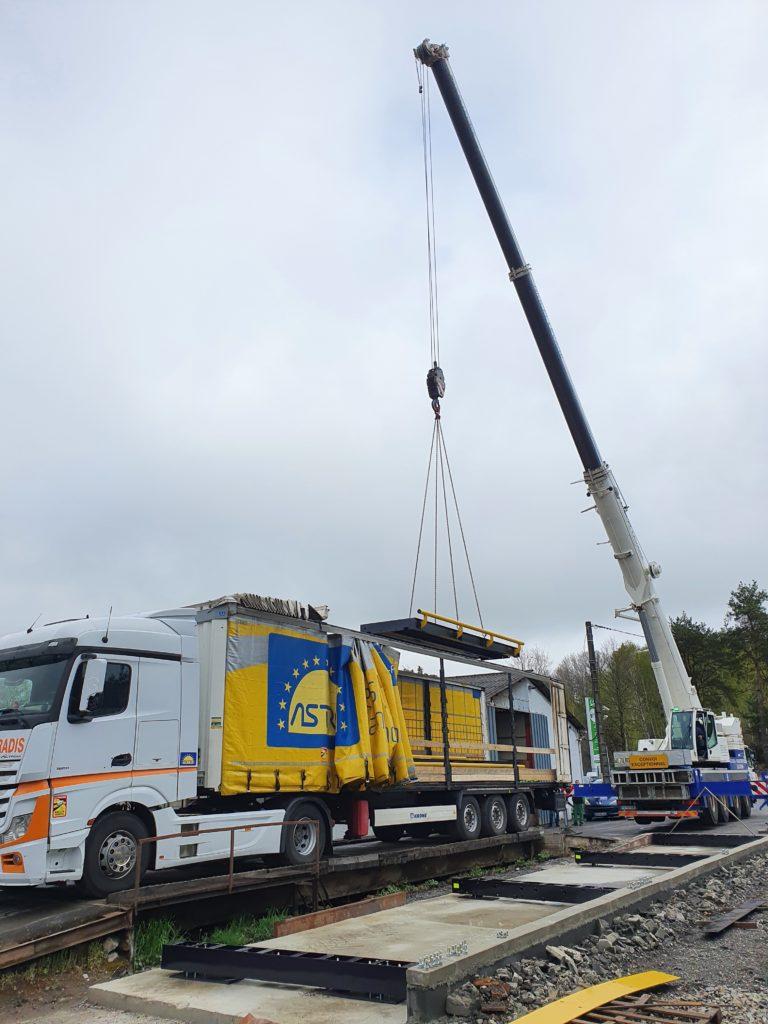 Levage des éléments du pont bascule à l'aide d'une grue de 70 tonnes.
